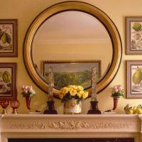 Apaļš spogulis uz kamīna portāla