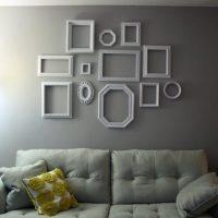 Rāmji, kas izgatavoti no poliuretāna līstes uz istabas sienas