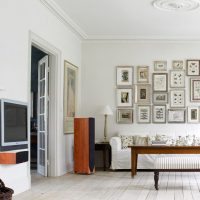 Tauriņu kolekcija uz viesistabas sienas