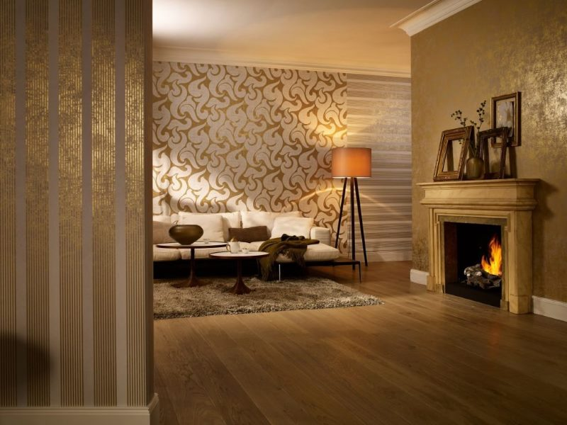 Различни тапети в хола с камина