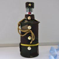 Ķēdes vāciņš uz dekoratīvas pudeles