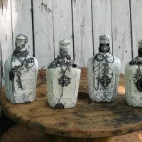 Dāvanu pudeles uz koka galda