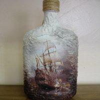 Fregata zīmējums uz stikla pudeles
