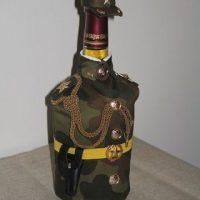 Kamuflāžas tunika uz stikla pudeles