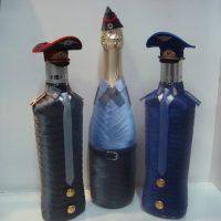 Trīs pudeles satīna lentēs