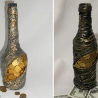 Pudeles rotājums zem maka ar monētām