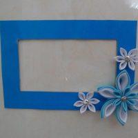 Zils kartona rāmis ar polimēru māla ziediem