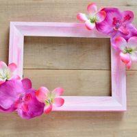 Skaists dekors ar rozā ziediem