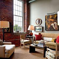 Díszítő kép egy falról, egy kanapé felett