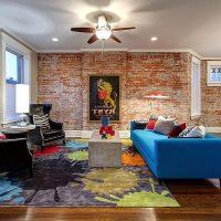 Kék kanapé a fa padlón