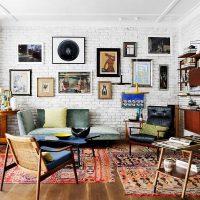 A nappali falainak díszítése festményekkel