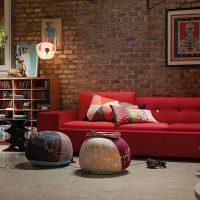 Piros kanapé a nappali kialakításában