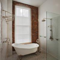 Fehér fürdő a magánház fürdőszobájában