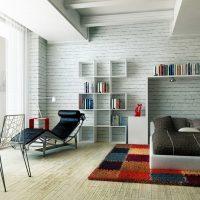 Nagy hálószoba színes szőnyegen