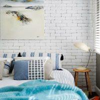 Kék ágytakaró fehér ágyon