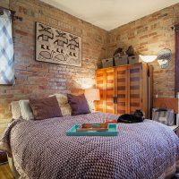 Tégla falak a hálószoba belső