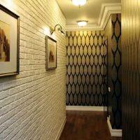 Tégla utánzata egy keskeny folyosó falán