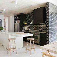 Téglafal utánozása a konyha-nappali belső részén
