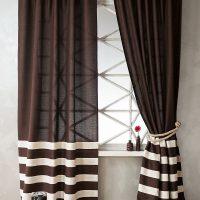 Rayures blanches sur les rideaux marron