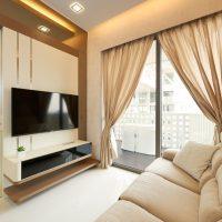 Fenêtre panoramique du salon avec des rideaux translucides