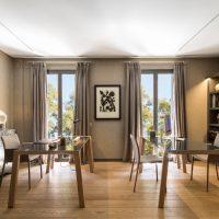 cuisine-salle à manger avec deux tables à manger