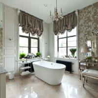 L'intérieur de la salle de bain avec deux fenêtres