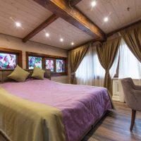 La combinaison de couleurs pourpres et brunes à l'intérieur de la chambre