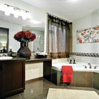 Serviette rouge au bord de la baignoire à remous