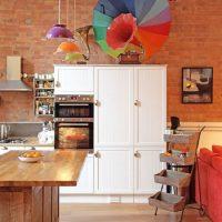 Parapluie de couleur sur le meuble de cuisine