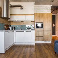 Espace de travail avec un agencement d'angle dans la cuisine-salon
