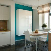 Armoire suspendue blanche minimaliste dans la cuisine