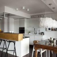 plancher de bois brun foncé dans une cuisine blanche