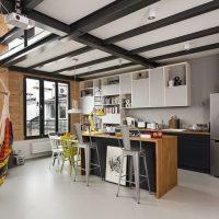 Poutres noires sur le plafond blanc de la cuisine