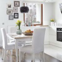 Conception d'une cuisine blanche comme neige dans une maison à panneaux