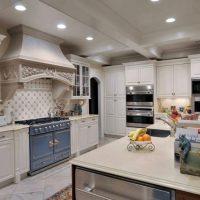 Projecteurs au plafond de la cuisine