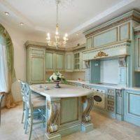 Couleur bleue dans une cuisine de style classique