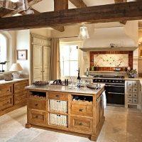 Poutres en bois dans la cuisine d'une maison de campagne