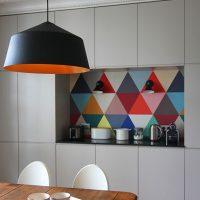 Triangles multicolores sur un tablier de cuisine