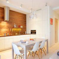 Table à manger blanche dans une cuisine moderne