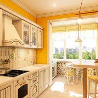 Casque beige dans une pièce aux murs jaunes