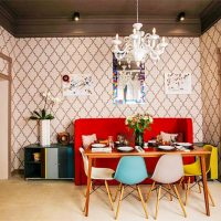 Canapé rouge et chaises multicolores