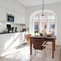 Cuisine blanche avec fenêtre cintrée
