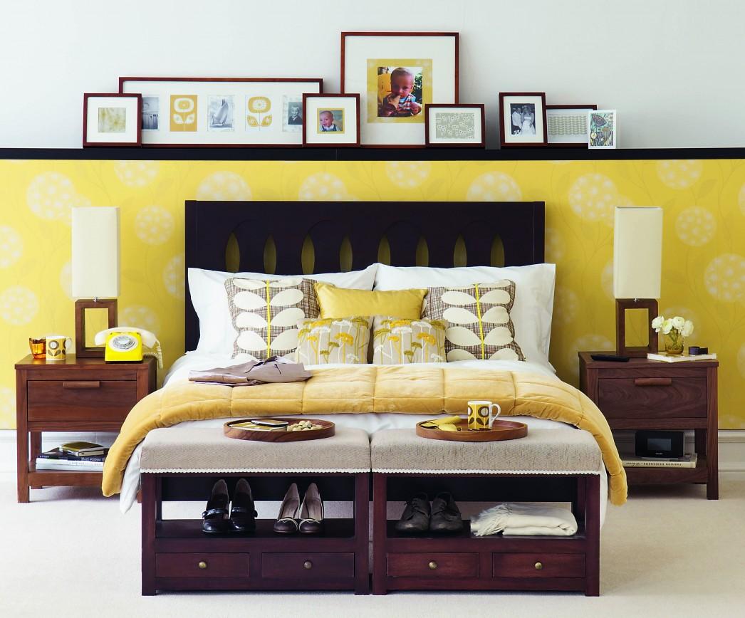 Жълт и бял тапет в интериора на спалнята