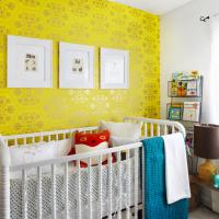 Жълт тапет в детска стая за новородено