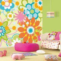 Ярки цветя на тапета в детската стая