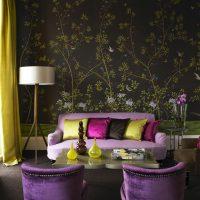 Розов диван в хола с тъмен тапет