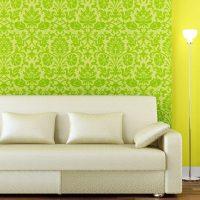 Комбинацията от зелен тапет с жълта стена