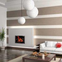 Раирани стени в хола с камина