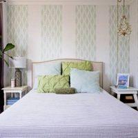Деликатни пастелни рисунки върху тапета в спалнята