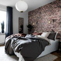 Тухлена спалня на акцентна стена